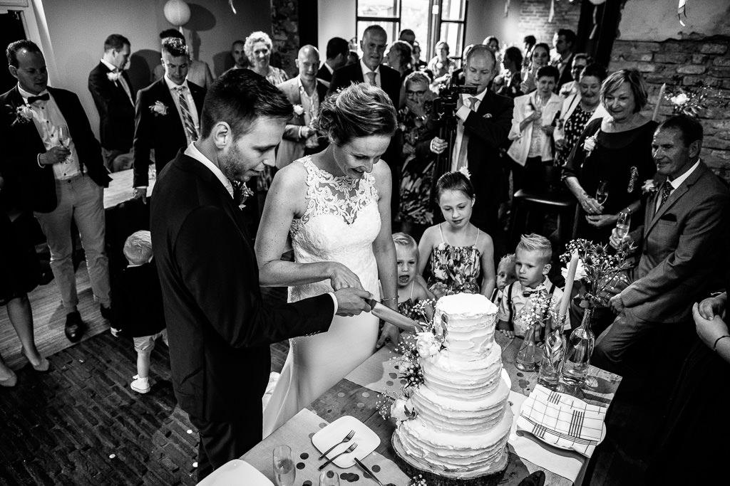 Taart aansijden bruiloft