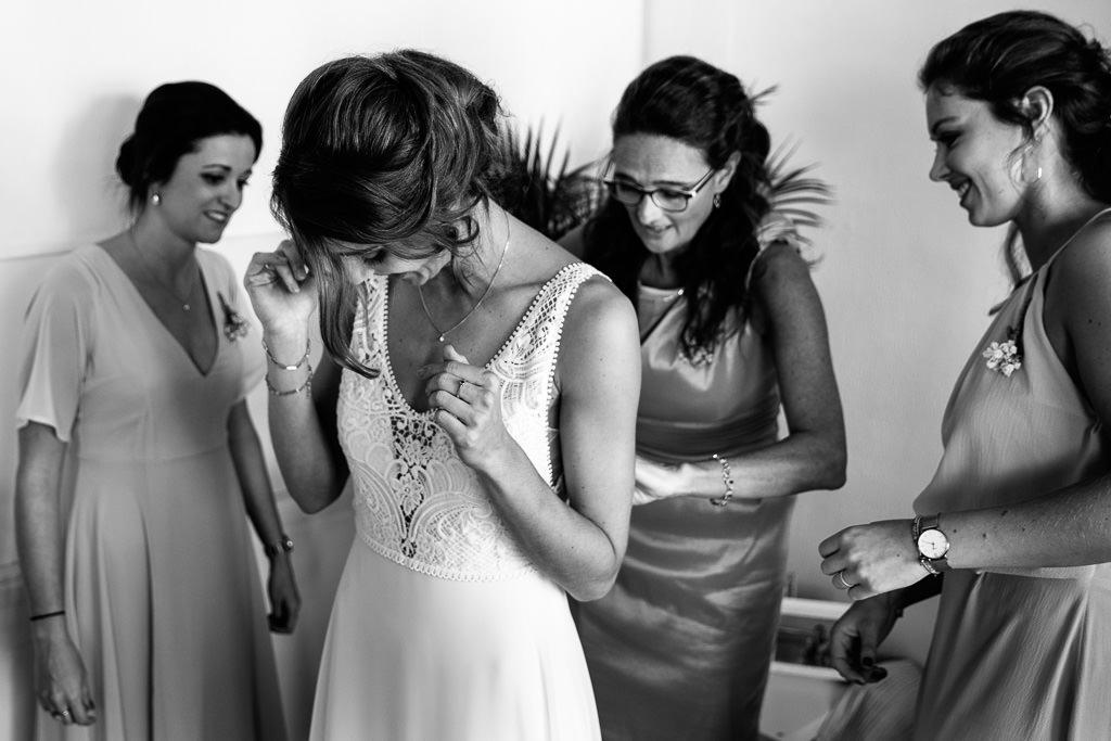 Aankleed moment tijdens bruiloft