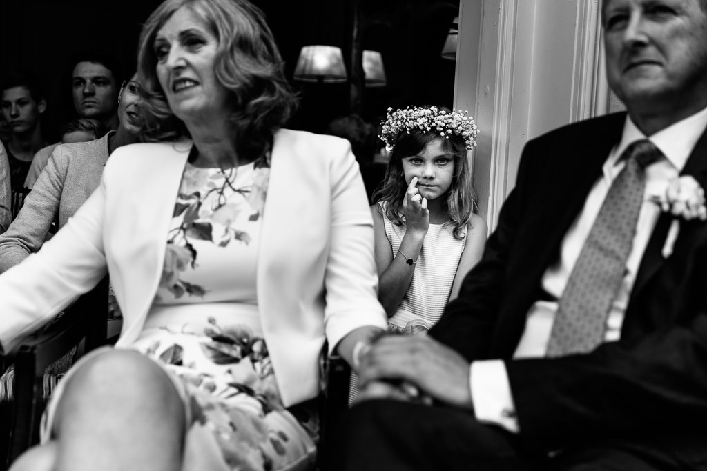 Bruidsmeisje tijdens bruiloft